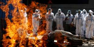corpi cremati in india