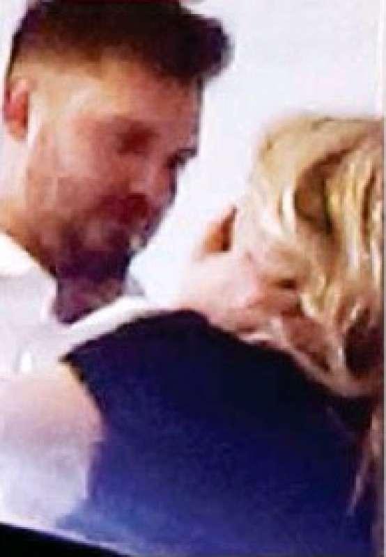 il bacio tra ryan friedkin e diletta leotta su oggi