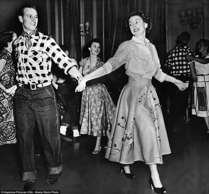 il principe filippo e la regina elisabetta ballano durante una visita in canada