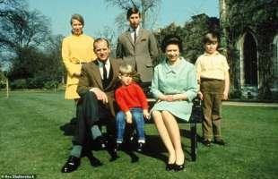 il principe filippo, la regina elisabetta e i figli