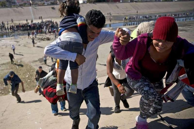 Immigrati passano la frontiera