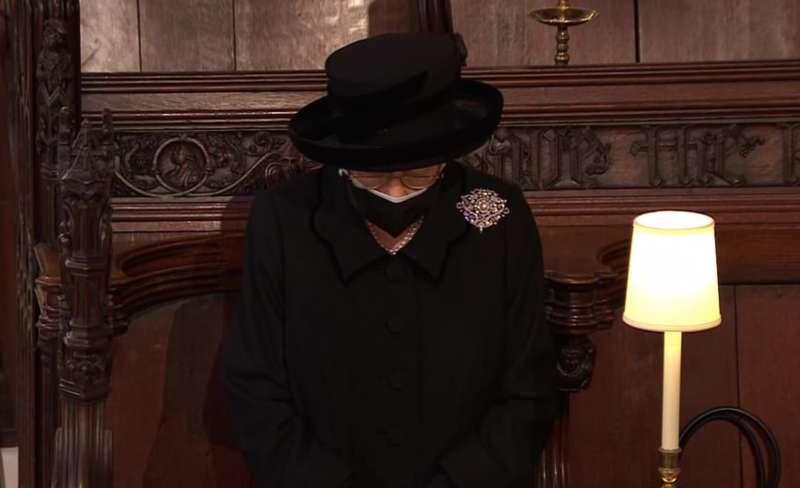 la regina elisabetta al funerale del principe filippo 4
