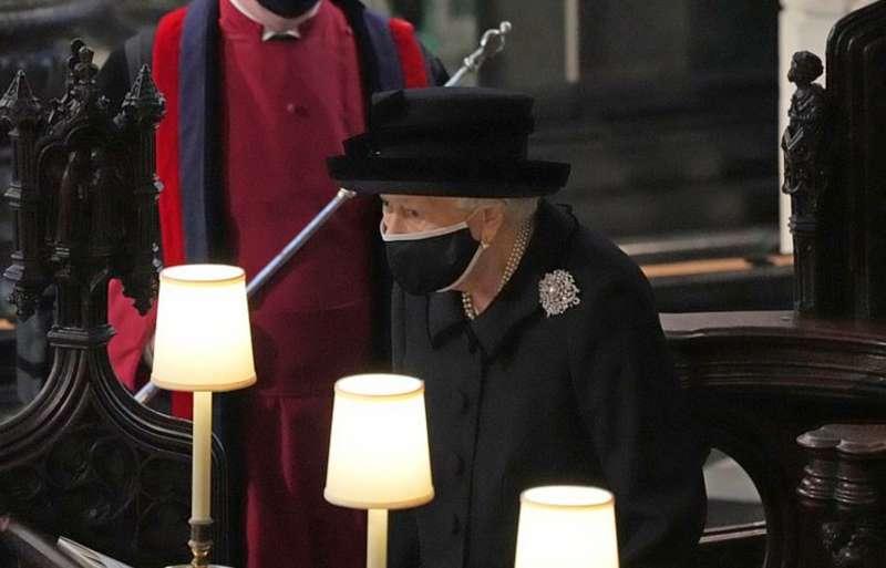 la regina elisabetta al funerale del principe filippo 5