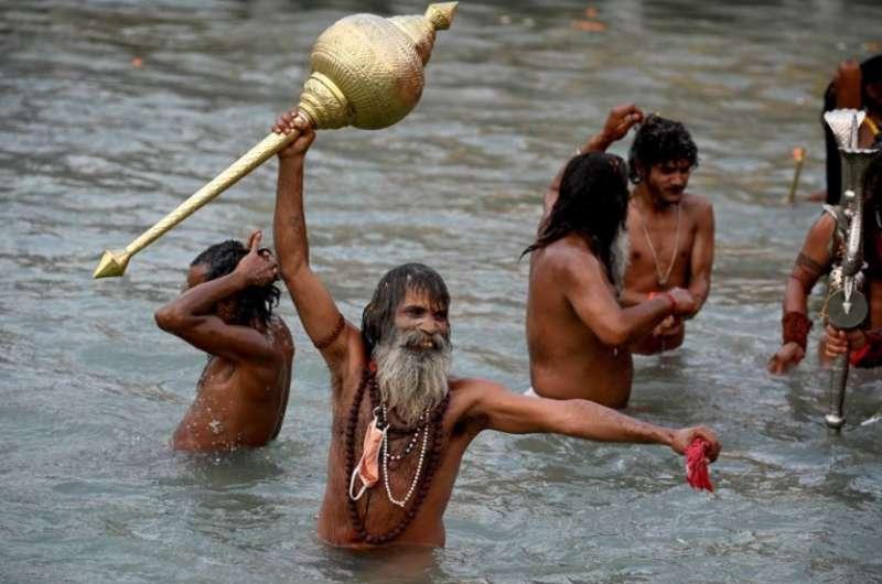 pellegrini fanno il bagno nel fiume gange