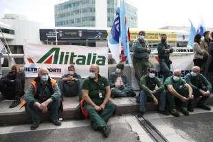 protesta dei lavoratori alitalia a fiumicino