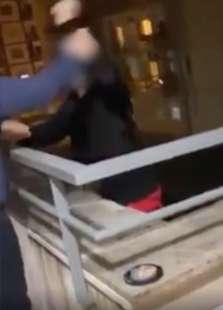 ragazzo si arrampica su un balcone a napoli 1