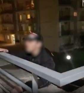 ragazzo si arrampica su un balcone a napoli 5
