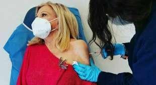 sandra milo e il vaccino contro il coronavirus