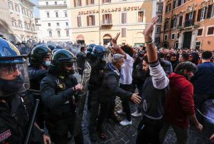 scontri tra ristoratori e polizia davanti montecitorio 1