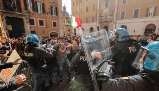 scontri tra ristoratori e polizia davanti montecitorio 9