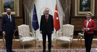 ursula von der leyen lasciata senza poltrona da erdogan e michel 4