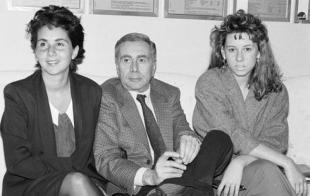 Enzo Tortora con le figlie Silvia a sinistra e Gaia