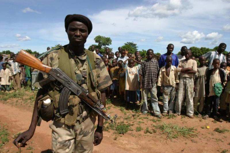 A GUARDIA DELLA MINIERA DI COLTAN IN CONGO