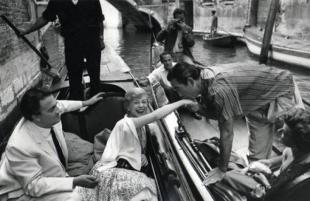 Mario De Biasi Federico Fellini Giulietta Masina e Anthony Quinn Venezia cm x x