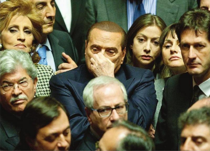 Silvio berlusconi circondato dai parlamentari pdl dago for Parlamentari pdl