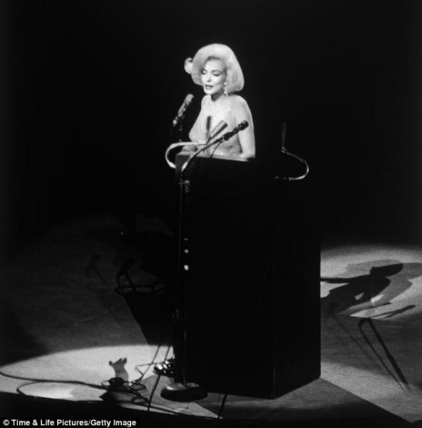 Marilyn canta Happy Birthday a JFK