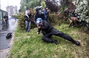 agente colpito a bastonate dai black bloc 6