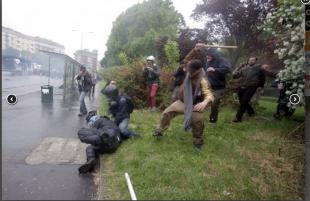 agente colpito a bastonate dai black bloc