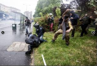 agente colpito a bastonate dai black bloc 7