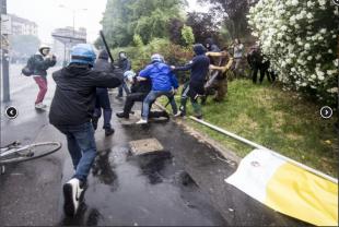 agente colpito a bastonate dai black bloc2