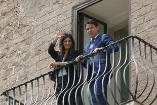 virginia raggi e giuseppe conte affacciati al balcone del campidoglio 3