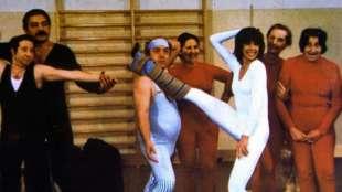 l'insegnante balla con tutta la classe