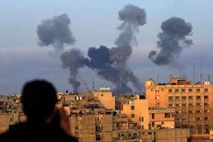 colonne di fumo a gaza