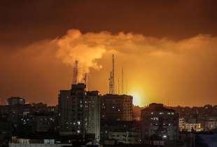 fiamme e fumo per i raid israeliani su gaza