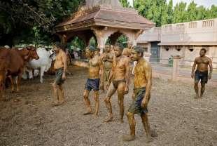 Il rituale indu con lo sterco di vacca