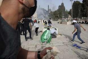 lancio di lacrimogeni e pietre