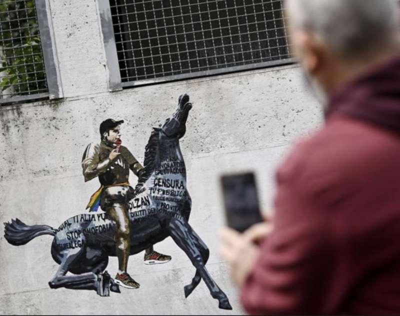 murales con fedez sul cavallo della rai 2
