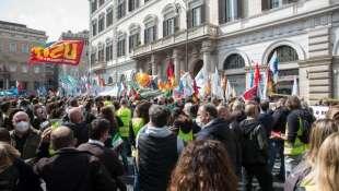protesta dei sindacati per la fine del blocco ai licenziamenti