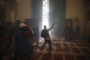 scontri dentro la moschea