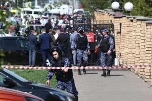 sparatoria in una scuola di kazan, russia 1