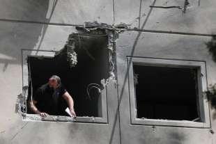 un palazzo danneggiato dai razzi