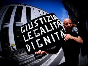 PROCESSO RUBY MANIFESTANTE AL TRIBUNALE DI MILANO