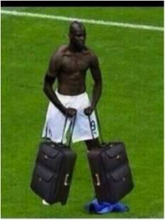 balotelli con le valige