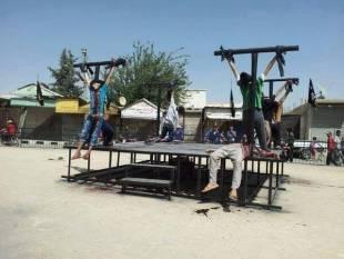 siria i terroristi dell'isis crocefiggono i loro nemici 1
