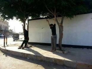 siria i terroristi dell'isis crocefiggono i loro nemici 3
