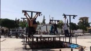 siria i terroristi dell'isis crocefiggono i loro nemici 4