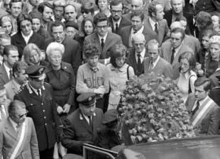 Gemma Capra (c), vedova del commissario Luigi Calabresi, durante i funerali nel 1972 a Milano