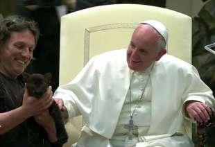 papa bergoglio accarezza la pantera