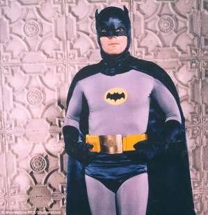 adam west con il costume di batman