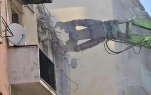 la demolizione del palazzo in via porro 10 a genova
