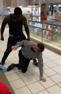 cliente picchia il commesso che lo ha chiamato negro 4