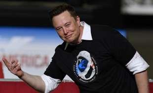 elon musk festeggia il lancio della crew dragon di spacex 2