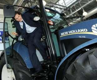 john elkann su un trattore case new holland