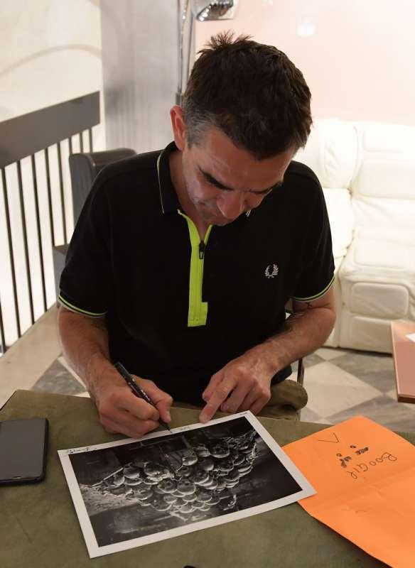 boogie autografa il suo libro foto di bacco (2)