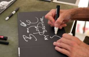 boogie autografa il suo libro foto di bacco (4)
