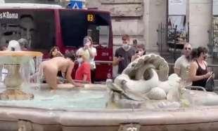 donna si fa il bagno nuda nella fontana di piazza colonna 11